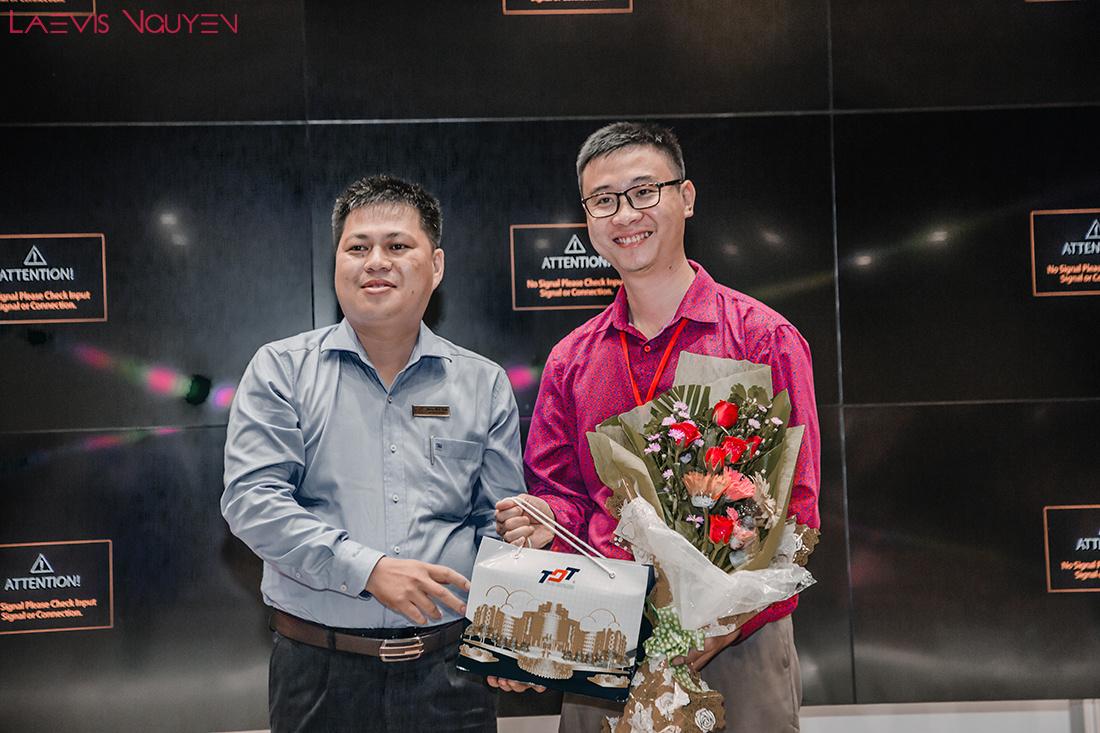 Tiến sĩ Phùng Minh Tuấn, đại diện Khoa quản trị kinh doanh TDTU trao quà lưu niệm cho chuyên gia Search Engine Marketing Laevis Nguyễn